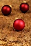 在一个老木板的圣诞树球 免版税库存照片