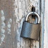 在一个老木门的小锁 库存照片