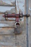 在一个老木门的挂锁。 免版税库存图片