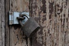在一个老木门的罗恩锁 图库摄影