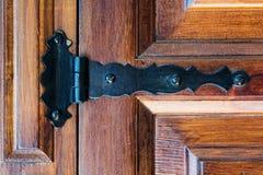 在一个老木门的铰链 免版税库存图片