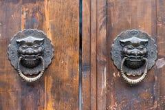 在一个老木门的龙中国通道门环 免版税库存图片