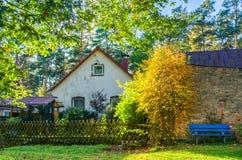 在一个老村庄房子附近的平安的晴天 库存图片