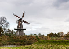 在一个老村庄的墙壁上的有历史的风车 免版税库存图片