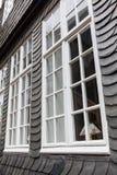 在一个老板岩房子的Windows在蒙绍,德国 库存图片