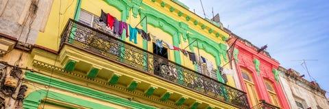 在一个老殖民地大厦的阳台的洗衣店,哈瓦那旧城古巴 免版税库存照片