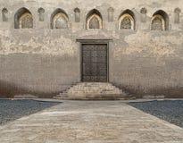 在一个老清真寺的年迈的门在老开罗 免版税图库摄影