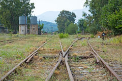 在一个老火车站,希腊的老火车轨道 免版税库存图片