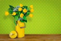 在一个老牛奶罐的黄色郁金香 免版税库存图片