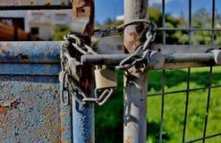 在一个老生锈的门的一把锁 免版税图库摄影