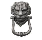 在一个老白色木门的狮子顶头敲门人 免版税图库摄影