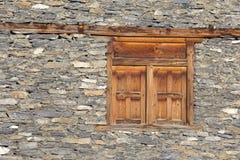 在一个老石墙的木窗口在Manang村庄,喜马拉雅山,尼泊尔 免版税库存照片