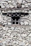 在一个老石墙的木窗口在Manang村庄,喜马拉雅山,尼泊尔 库存照片