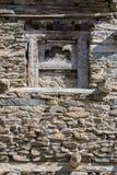 在一个老石墙的木窗口在Manang村庄,喜马拉雅山,尼泊尔 图库摄影