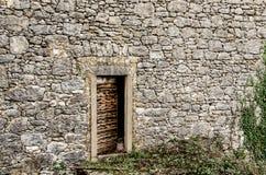 在一个老石房子的老门在Dobrinj,海岛Krk,克罗地亚 免版税库存图片