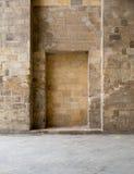 在一个老石砖墙的被隐藏的框架 图库摄影