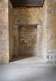 在一个老石砖墙的被隐藏的框架 库存图片