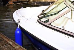 在一个老码头的停住的小船或马达游艇 免版税库存图片
