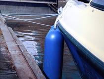 在一个老码头的停住的小船或马达游艇 库存图片