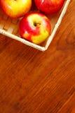 在一个老篮子的苹果 在一张木表 文本的空位 顶视图 库存图片