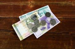 在一个老红色木板条的瑞典现金 免版税库存照片