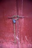在一个老红色门的一把老锁 免版税库存图片