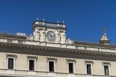 在一个老经典大厦的门面的古色古香的时钟在罗马, Ital 图库摄影