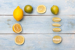 在一个老蓝色木板的柑橘 柠檬和石灰 免版税图库摄影