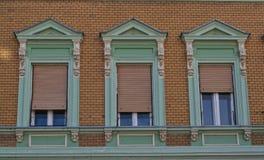 在一个老被恢复的19世纪大厦的Windows 免版税图库摄影