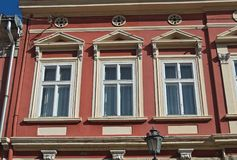 在一个老被恢复的19世纪大厦的Windows 免版税库存照片