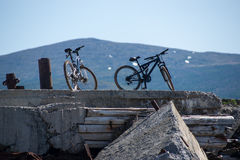在一个老被放弃的码头的两辆自行车 库存照片