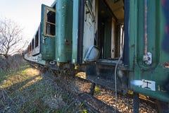 在一个老被放弃的铁路系统的损坏的火车无盖货车 免版税库存图片