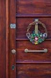 在一个老门的圣诞节装饰在卡利亚里,撒丁岛街市  库存图片
