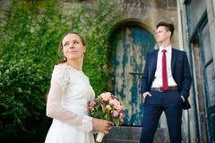 在一个老门的背景的婚礼夫妇 库存图片