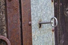 在一个老门的钥匙 库存照片