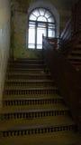 在一个老,部分地被放弃的房子的入口的铸铁楼梯 免版税库存照片