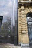 在一个老经典大厦附近的现代大厦在杜塞尔多夫,毒菌 免版税库存照片