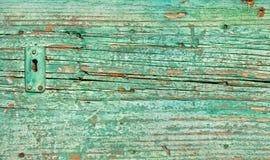 在一个老绿色木门的锁的特写镜头 库存图片