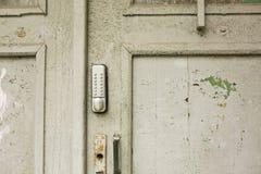 在一个老破裂的门的室外对讲机 免版税图库摄影