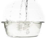在一个耐热盘的开水 免版税图库摄影
