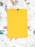 在一个肮脏的委员会的空的五颜六色的纸广告插入物 免版税库存照片