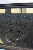 """在一个肮脏的车窗的一则""""Wash Me†消息 免版税库存照片"""