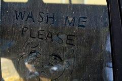 """在一个肮脏的车窗的一则""""Wash Me†消息 免版税库存图片"""