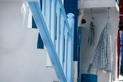 在一个胡同的绿松石栏杆在米科诺斯岛 免版税库存照片