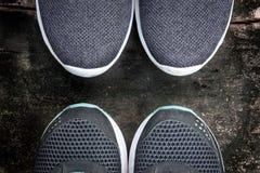 在一个脏的木地板上的两双对跑鞋 库存图片