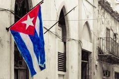 在一个腐朽的邻里的古巴旗子 免版税图库摄影