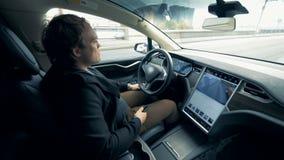 在一个自驾驶的方式的一辆电车 自治自动驾驶仪无人驾驶的汽车 影视素材