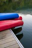 在一个船坞的独木舟在湖旁边 免版税库存照片