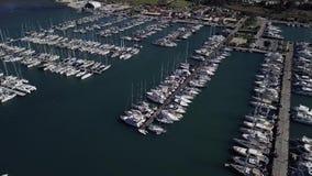 在一个船坞的飞行有很多游艇和小船的-从寄生虫的射击 股票录像