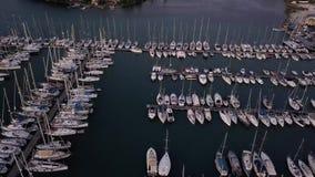 在一个船坞的飞行有很多游艇和小船的-从寄生虫的射击 影视素材